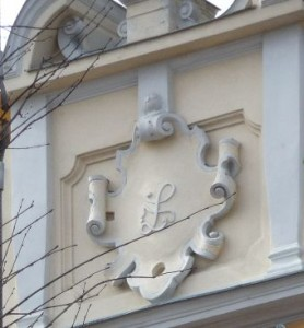 """Das """"Wappen"""" der Baronin Lipthay (eher die Initialie)"""